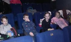 V kině
